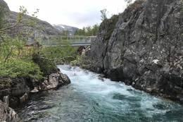 Helårsbro montert i Tronggjo og ny sti er merket opp gammel sti som går mot Holmavatnet og Bleskestadsmoen - Foto: Per Henriksen