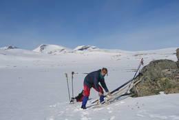Hanne Olstad ved Åmotdalshytta - Foto: Sveinung Tubaas