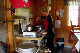 Elisabeth Dyb lager pannekaker til frokost på Pyttbua i Tafjordfjella. August 2010.  - Foto: Elisabeth Dyb
