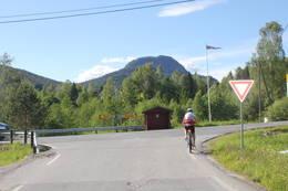 Ved Holebrua følger dere skilt til venstre mot Sigdal.  - Foto: Hilde Roland