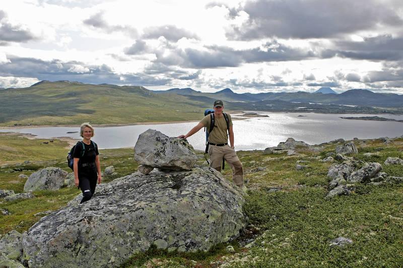 På veg til fjells. Bak ser vi Graveid ved Gøyst og aller bakerst til venstre finner vi Gaustatoppen.