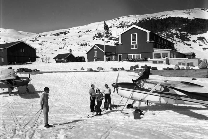 """FASJONABELT: Eidsbugarden ved Bygdin var i sin storhetstid en av Norges """"mest fasjonable høyfjellsthoteller"""". Nabohytta Fondsbu ble bygget for et mindre kresent klientell og het opprinnelig """"Den glade vandrer""""."""