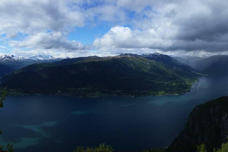 Utsikt fra Feigenosi med nesten 950m rett ned (Se fullskjermsvisning)