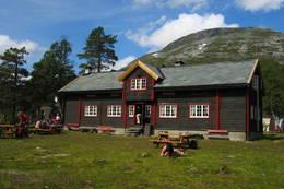 Reindalseter er midtpunktet i rutenettet til Ålesund-Sunnmøre Turistforening i Tafjordfjella. Hytta er betjent i sommersesongen -  Foto: I. Ødegaard