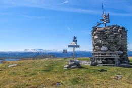Den store varden på toppen av Dyna -  Foto: Solveig Hjallen