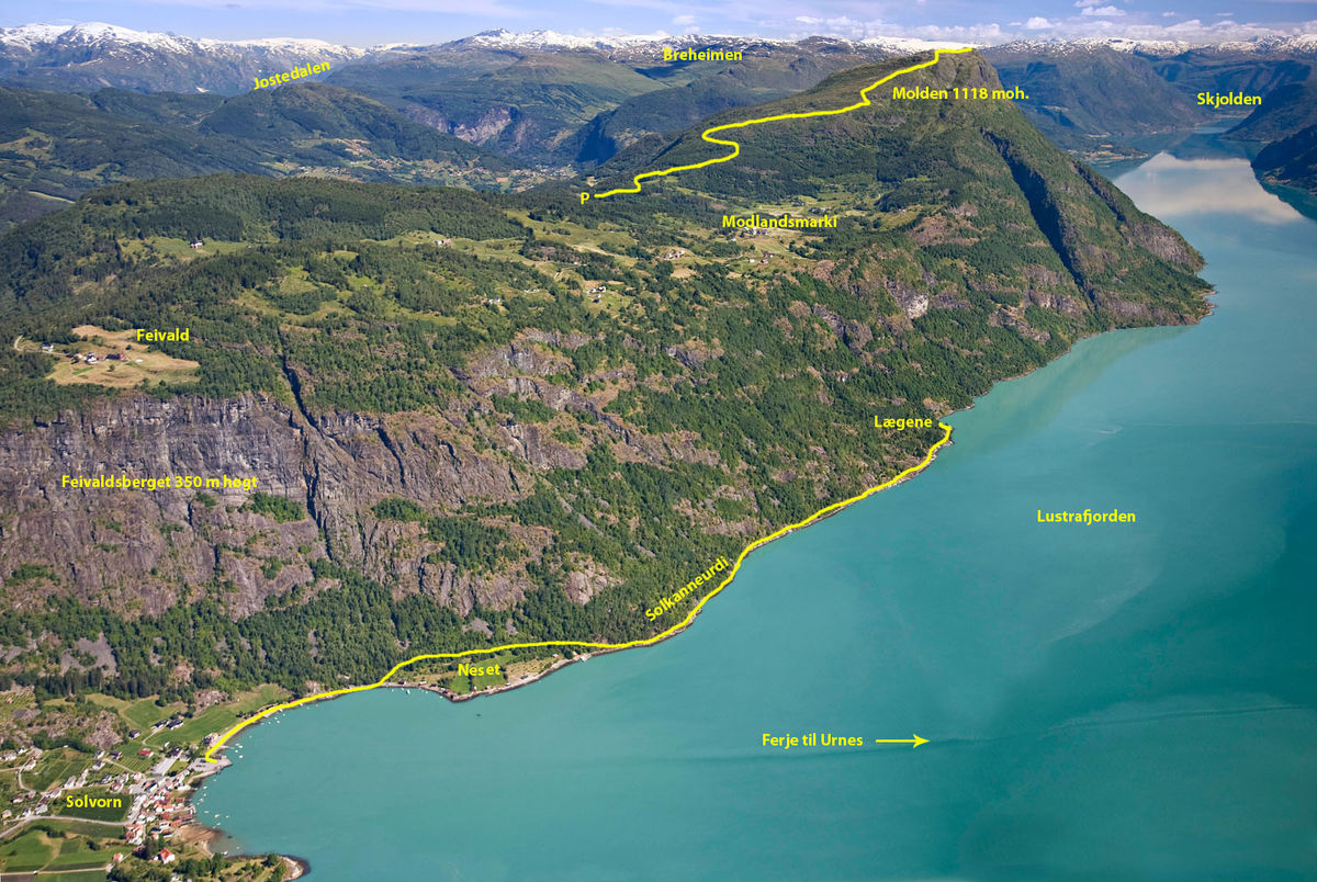 Turen til Legene går langsetter Lustrafjorden i frå Solvorn