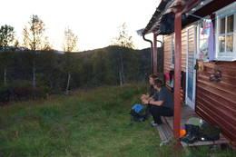 Arild og Espen nyter kvelden - Foto: Ola Belland