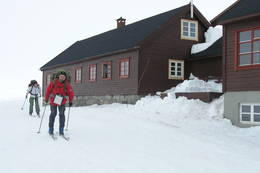 Øystein Lia ved Litlos, Silje W. Fremo i bakgrunnen - Foto: Torfinn Evensen