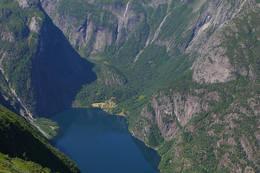 Utsikt mot Finnafjorden og Finnabotn fra Vatnane. Finnafjorden er arm av Sognefjorden. - Foto: Svein Ulvund