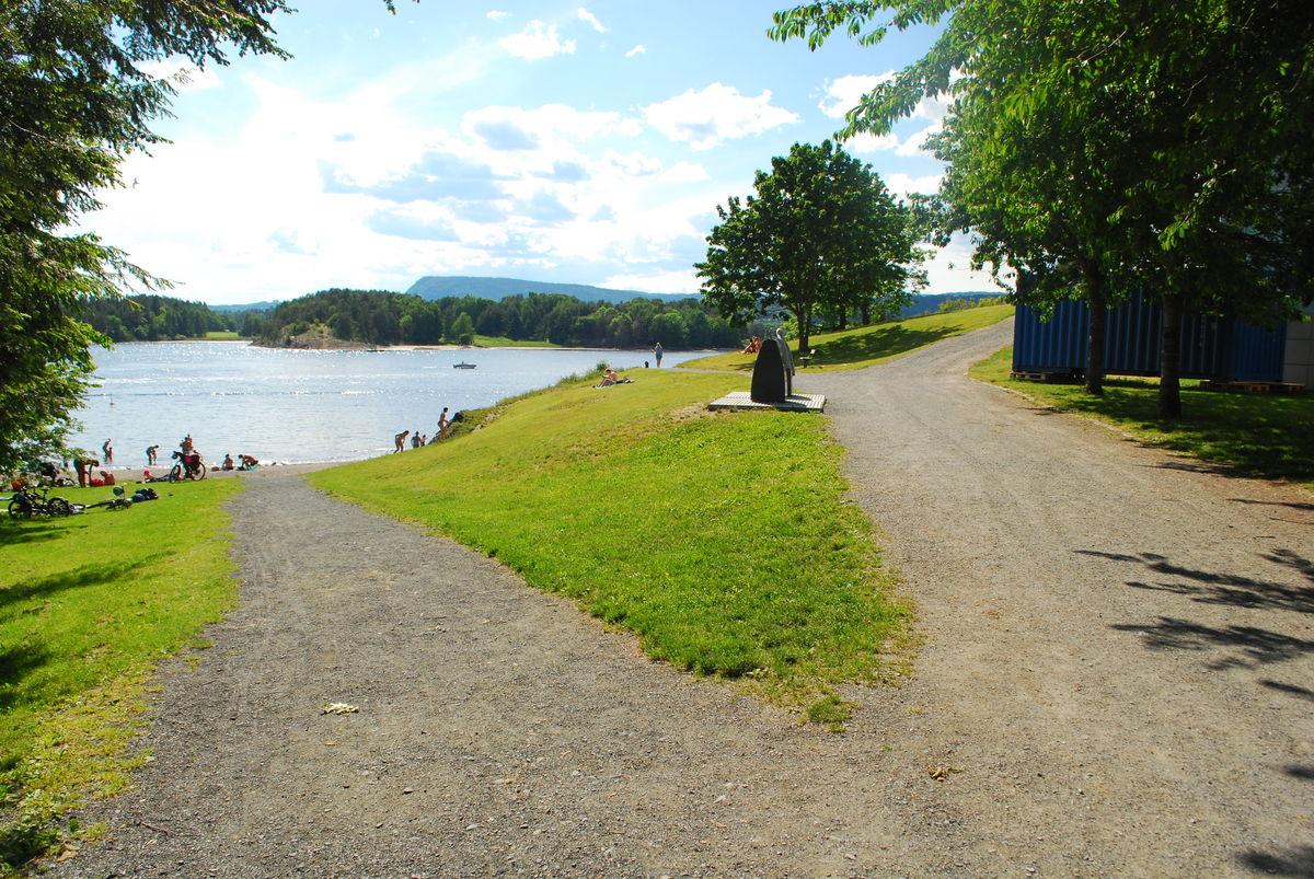 Veien til høyre er turveien fra Henie Onsdad kunstsenter til Solvikbukta, mens veien til venstre går ned til en badestrand. Bildet er tatt fra toalettanlegget nedenfor kunstsenteret.