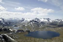Sett fra Kyrkja mot vest. eirvassbu og Leirvatnet. Smørstabbrean og Storebjørn i bakgrunnen, og Hurrungane til venstre. - Foto: Sune Eriksen