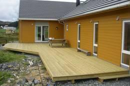 Sørvendt terrasse med utgang fra stua. - Foto: Harald Valnumsen