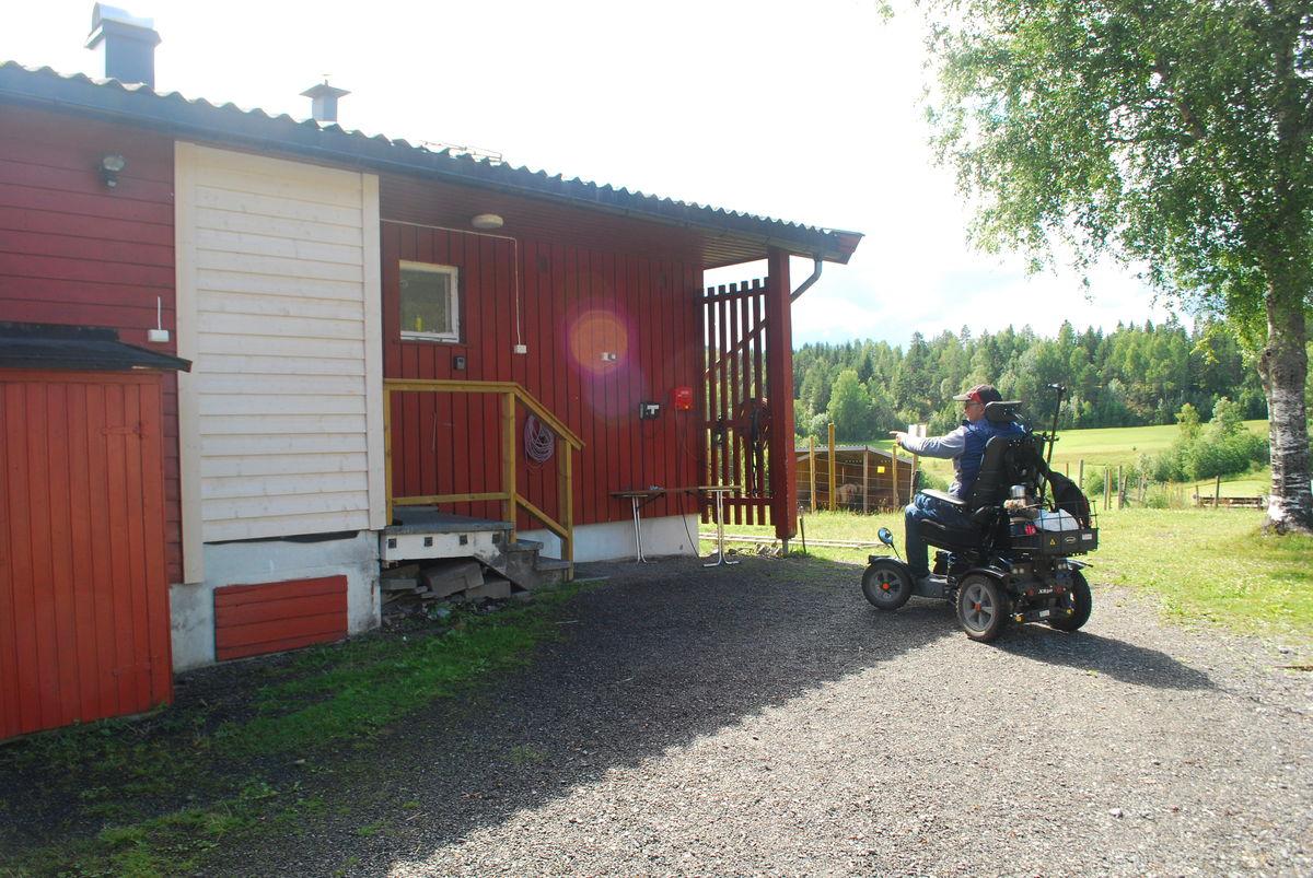 På veggen til turlagshuset til Lørenskog Turlag er det strømuttak for eventuell lading av el-rullestoler.