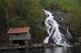 Segadalsåna ved utløpet i Jøsenfjorden, ved siden av et resaurert kvernhus. -  Foto: Kjell Helle-Olsen