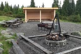 Ny gapahuk ved bålplassen ble satt opp i juli 2017. - Foto: