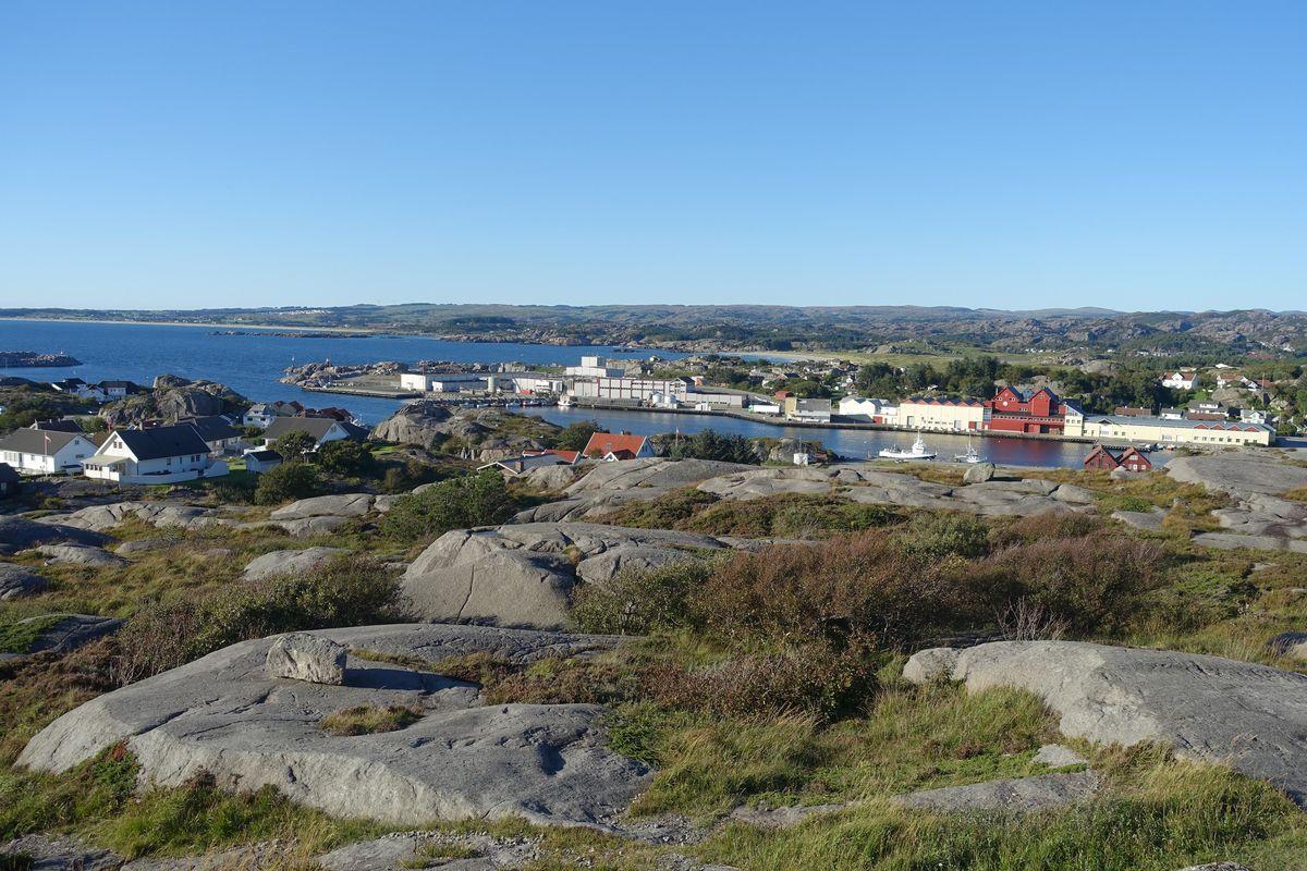 Nordover ligger Sirevåg havn, ognasanden og Brusanden.
