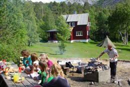 Bålplassen er et naturlig samlingspunkt - Foto: Femmigje Andersen-Sijtsam