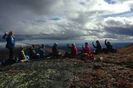 Etter 1 t. og 45 min. har vi nådd toppen av Ranten og nyter en velfortjent pust i bakken.  - Foto: Hilde Roland