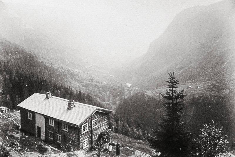 Krokan ved Rjukan var DNTs første turisthytte. Idag ligger hytta plassert ovenfor riksveien. Bildet er tatt like før århundreskiftet
