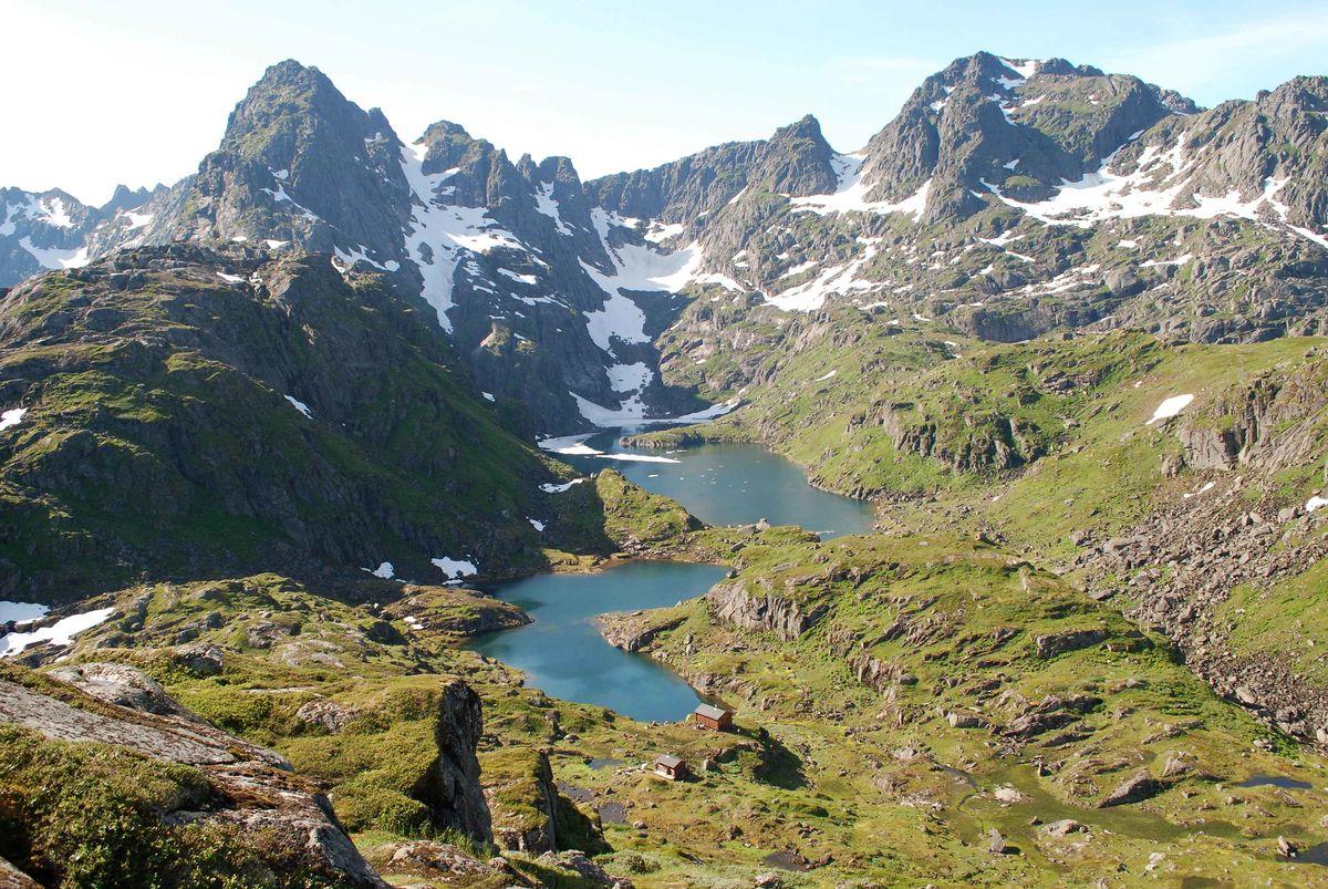 Trollfjordhytta med Wallentind og Isvatnet i bakgrunnen