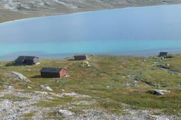 Tunet består av hovedhytte, sikringshytte, uthus og naust. Idyllisk beliggenhet ved nordenden av Nordre Bjøllåvatn.  - Foto: Espen Aalmo Zahl