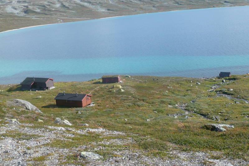 Tunet består av hovedhytte, sikringshytte, uthus og naust. Idyllisk beliggenhet ved nordenden av Nordre Bjøllåvatn.