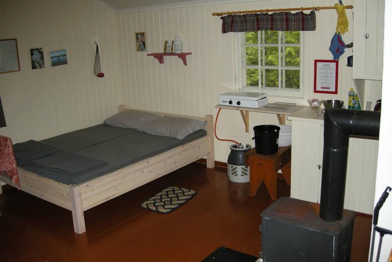 Det er 6 sengeplasser på Fløtdamkoia, fordelt på to dobbeltsenger og ei køyeseng.