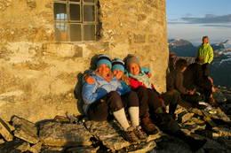 Kveldssol i murveggen på Skåla, med utsyn mot et av landets vakreste fjord- og fjellandskap. - Foto: Ina Elise Dale Narum