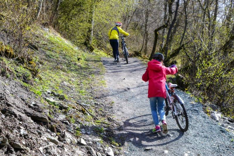 Nidelvstien er ikke bratt, men enkelte steder vil noen kanskje velge å trille sykkelen