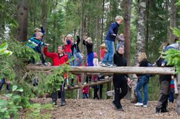 Store og små barn elsker å utfolde seg i hinderløypa - Foto: Olvar Gussiås