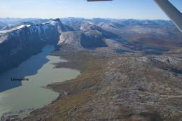 Flyfoto av Vestenden av Linnajavrre. Stien følger høyresiden av vannet. Hytta til Hamarøy Jeger og Fiskerforening ligger i den uformede bukten - Foto: Kjell Fredriksen