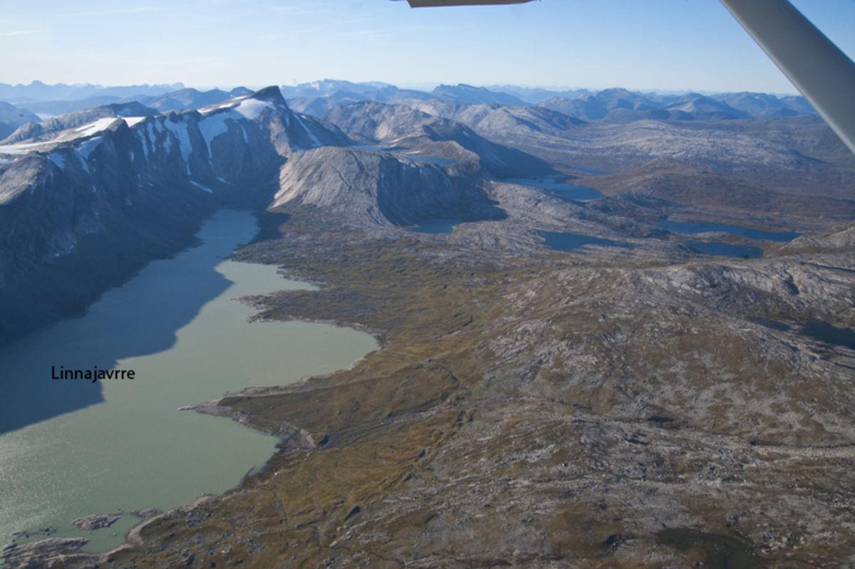 Flyfoto av Vestenden av Linnajavrre. Stien følger høyresiden av vannet. Hytta til Hamarøy Jeger og Fiskerforening ligger i den uformede bukten