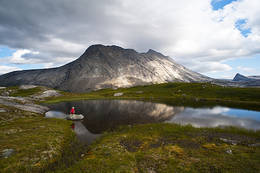 På turen opp passerer du noen idylliske småvann - Foto: Kjell Fredriksen