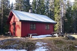 Hytta ved Langebäck ble brukt av mange flyktninger da de var kommet over grensa. Her bodde også den tyske desertøren Willi Jutzi med sin norske kjæreste, før han ble tatt i 1941.  - Foto: Dag Olav Brækkan