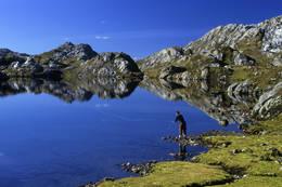 Prøv gjerne fiskelykken i Tjørnadalsvatnet ved Høgabu! - Foto: Helge Sunde