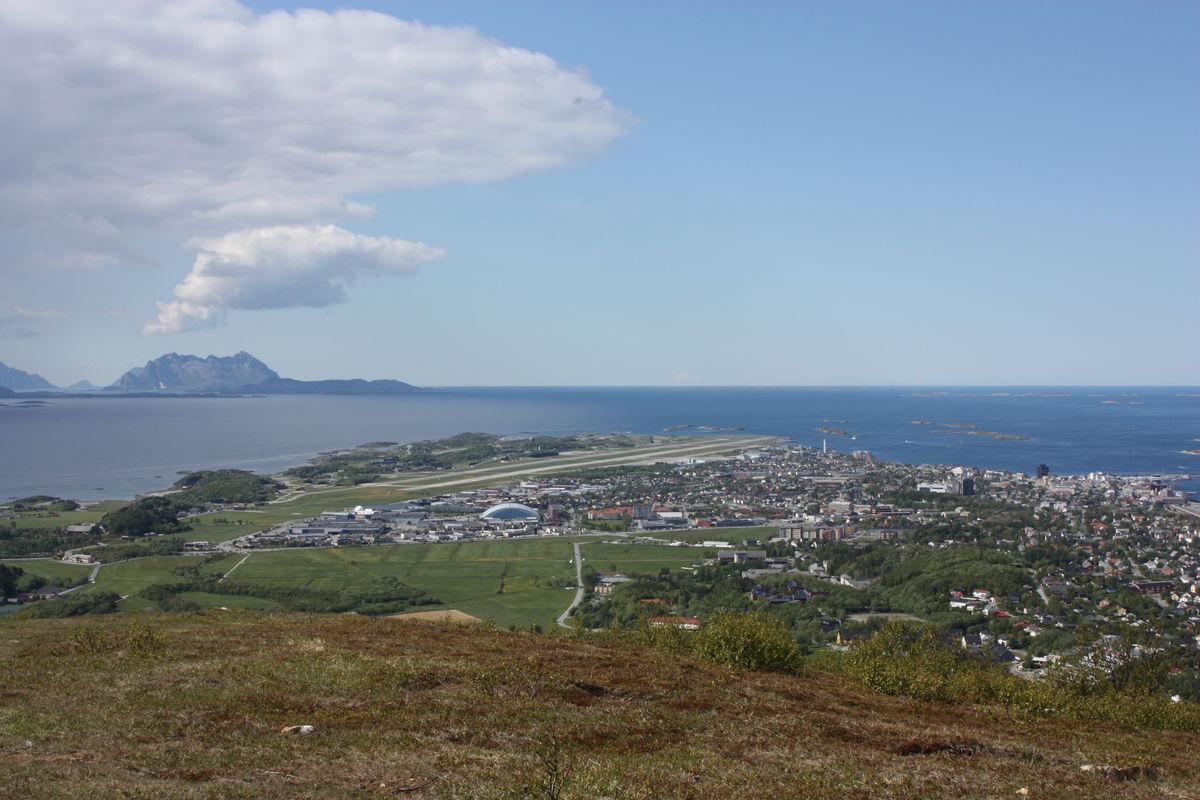 Fra toppen er det blant annet utsikt mot flyplassen og Fugløya