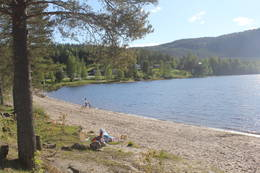 Badestranda på Sandsbråten. Populært tilholdssted sommerstid.  - Foto: Hilde Roland