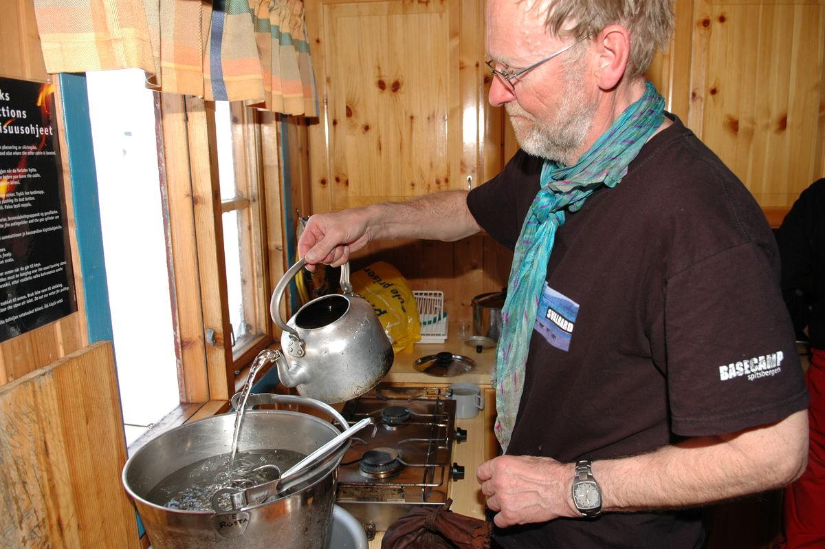 Bjørn Skjold Jensen smelter vann på Rostahytta under en fellestur i 2006