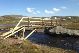 Brua ved utløpet av Tverrbrennvatnet gjør at besøkende kan komme over elva også i vårløsninga - Foto: Stein Ove Johannessen