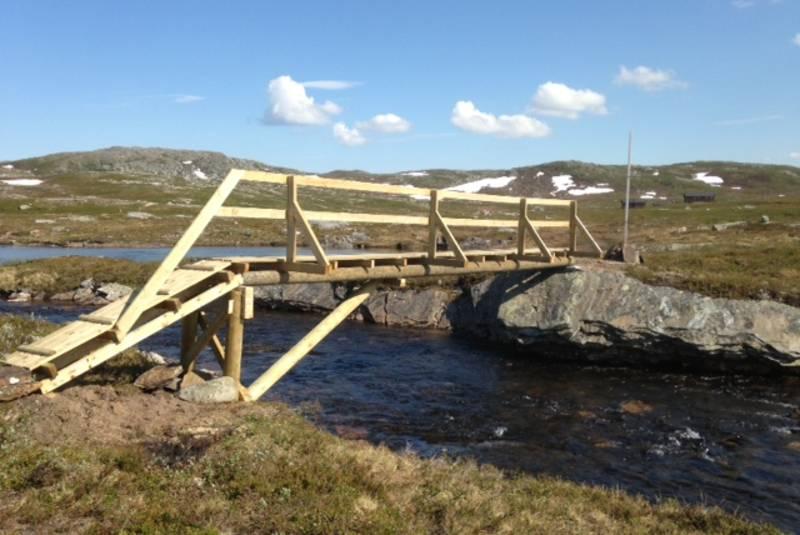 Brua ved utløpet av Tverrbrennvatnet gjør at besøkende kan komme over elva også i vårløsninga