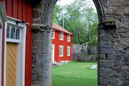 Vestportalen til klosterkirken. - Foto: Asgeir Våg