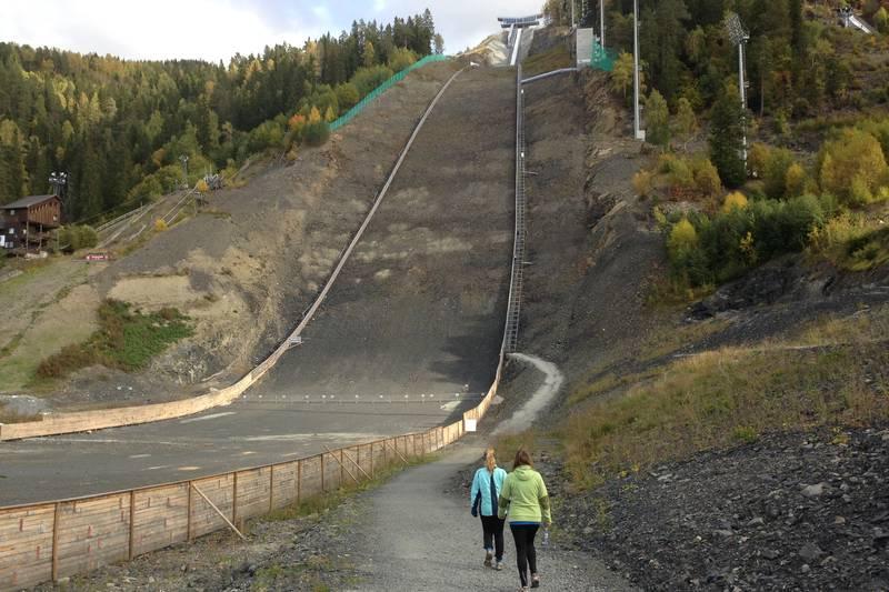 Verdens største skiflyvningsbakke, 225 m og 1078 trappetrinn.