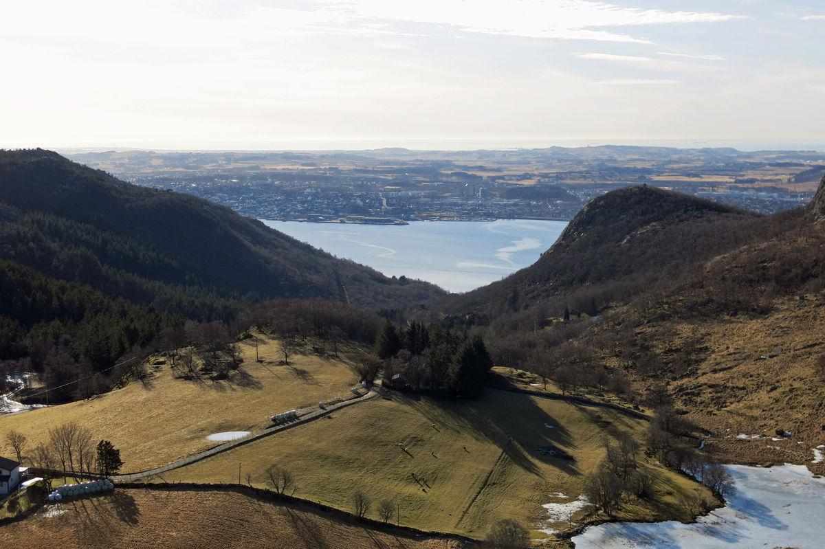 Fra Kallandsnuten har du en fantastisk utsikt mot Gandsfjorden. Øvre Eikenut til høyre i bildet.