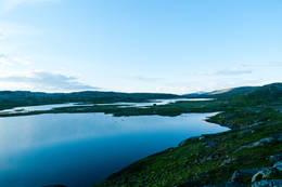 Utsikt over Kjerråtjønnin på Steinfjellet. På bildet ser du veien som går mellom vatna. -  Foto: Jon Kristian Kleffelgård