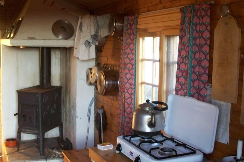 Kjøkken og peis til Lyngbua