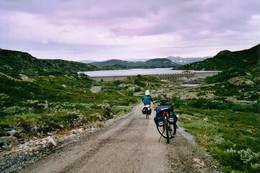 Med sykkel på Hardangervidda -  Foto: Ukjent