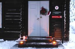 Inngangsdøra og trappa pynta til jul - Foto: Sissel Øvereng/Ingeborg Hovde