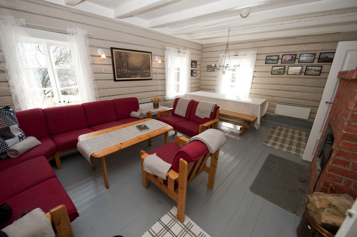 Koselig og praktisk stue med spisebord.