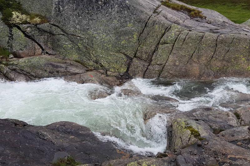 Med mye nedbør anbefales det å krysse bekken 200 høyere oppesti ved Finnsjø