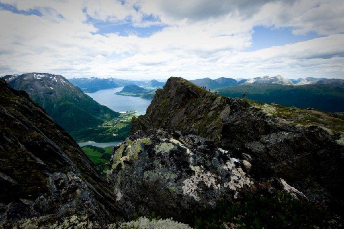 Fra Mjelvaskaret retning Åndalsnes. Setnesfjellet til venstre og Romsdalsfjorden i bakgrunnen.